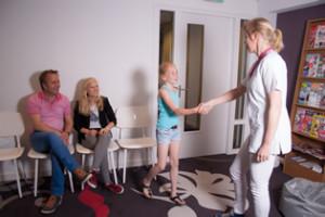 Kies & Co is niet zomaar een praktijk voor tandheelkunde en mondhygiëne. Volwassenen en kinderen voelen zich door de aangename sfeer in onze hypermoderne praktijk al snel op hun gemak.