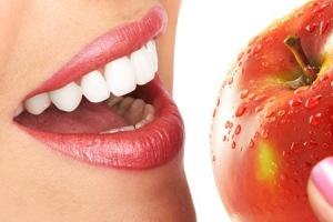 Met prachtige tanden stevig in een lekkere appel bijten.